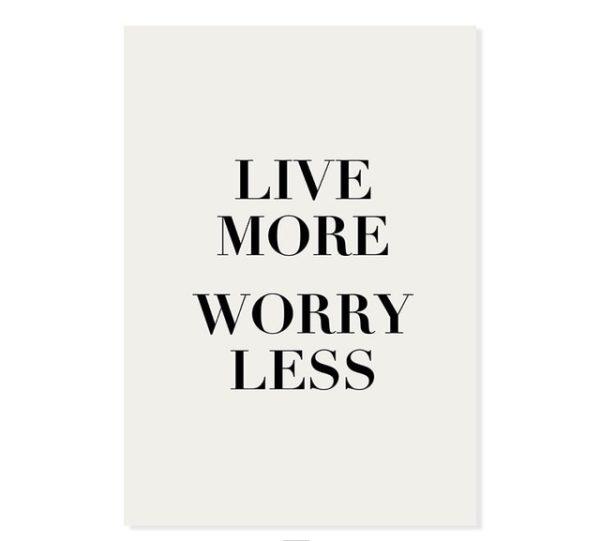Plakat z napisem Live More Worry Less